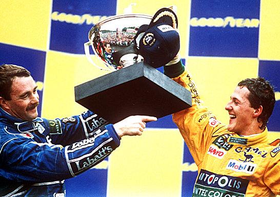 Nigel Mansell feiert mit Michael Schumacher dessen ersten Sieg