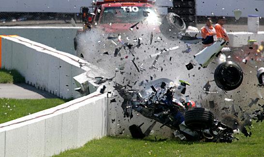 Mit rund 280 km/h schl�gt Kubicas BMW-Sauber in der Mauer ein, der Bolide wird f�rmlich zerrissen. Bis auf das Monocoque.