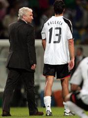 Rudi Völler mit Michael Ballack nach der 1:2-Niederlage gegen Tschechien.