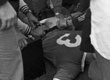 Friedel Rausch am Boden. Kurz zuvor war der Schalker von einem Hund des Dortmunder Ordnungsdienstes gebissen worden.